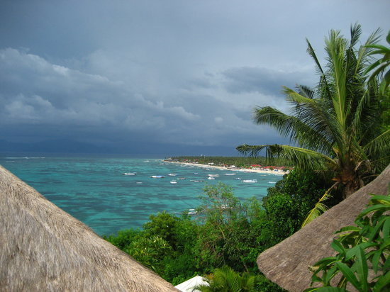 Nusa Lembongan, Indonesia: A view over the seaweed fields of Lembongan.  Bali on the horizon
