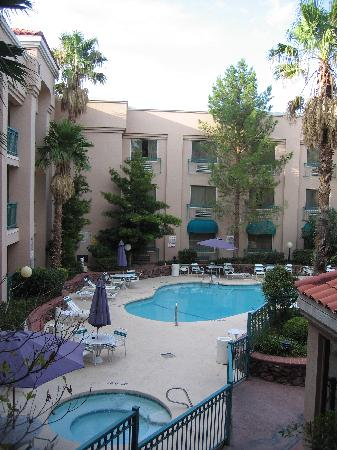 Radisson Hotel El Paso Airport : Attractive pool and whirlpool bathtub.