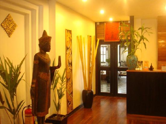 The Kool Hotel: Hi5 buddha on the way to the hotel restaurant