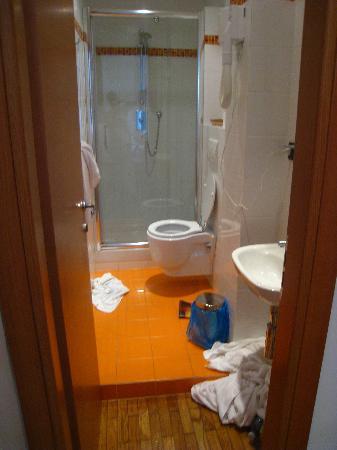 Albergo la Piazzetta: Narrow bathroom but great shower