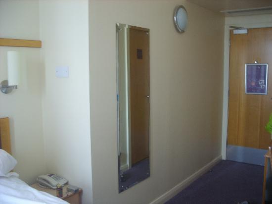 Premier Inn Glasgow City Centre (Charing Cross) Hotel: Dressing mirror/front door