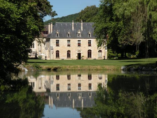 Abbaye de la Bussiere: Abbye and pond