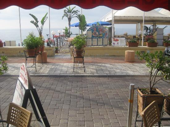 Hotel San Pietro: Bar/Cafe/Snackbar aussen mit Blick vis à vis..aufs offene Meer..sehr gut auch das Strandrestaura
