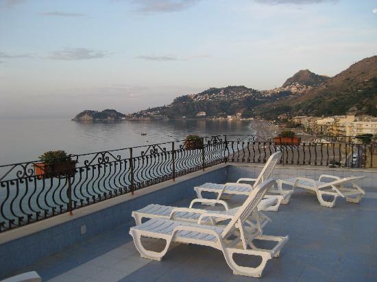 Hotel San Pietro: 6 uhr mogens von der Terasse aus mit Blick auf Taormina