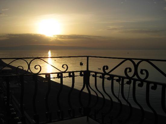 Hotel San Pietro: Blick von der Terasse Richtung Italien, im Hintergrund zu erkennen!!