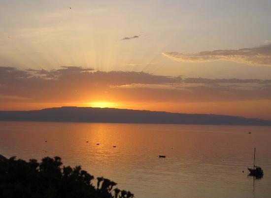 Letojanni, إيطاليا: Sonnenaufgang über Italien von der Hotelterasse 6.Stock!!