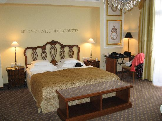 Bristol Hotel Salzburg : Time piece theme.  Nice king bed