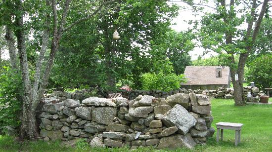 Inn at Lower Farm Bed and Breakfast: Stone wall and backyard haven