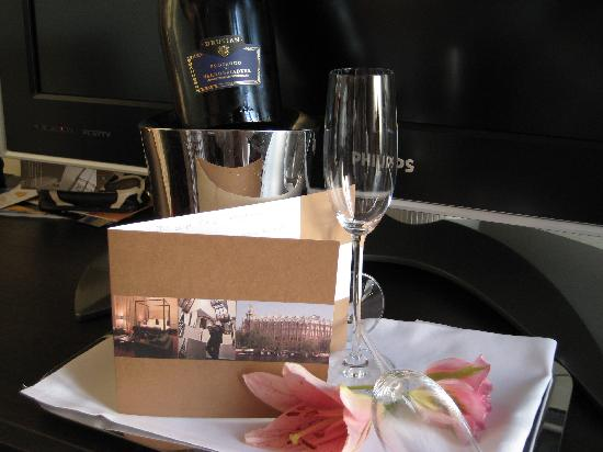 Grand Hotel Amrath Amsterdam: The hotel had a bottle of champagne and a nice note from the manager waiting for us when we arri