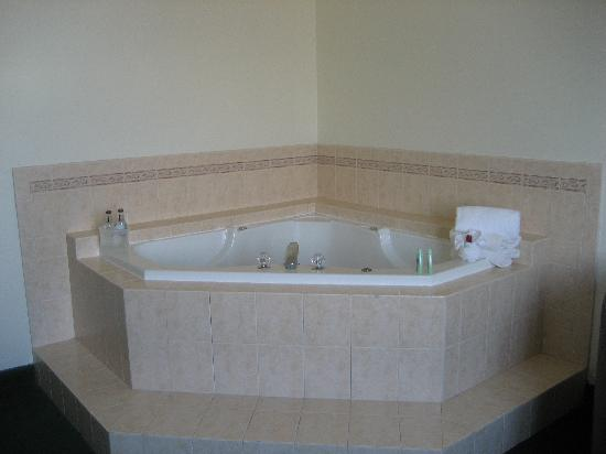 ‪‪Bolero Resort‬: Jacuzzi comfortably fits two people‬