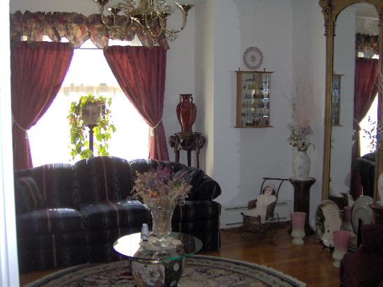 Little Bit of Heaven B & B : Front Parlor