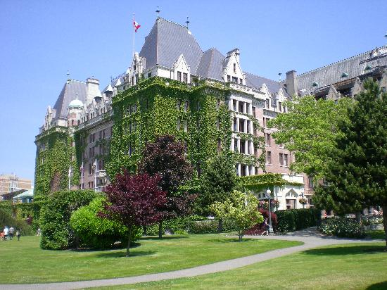 Robin Hood Motel: Fairmont Empress Hotel, 35-minute walk