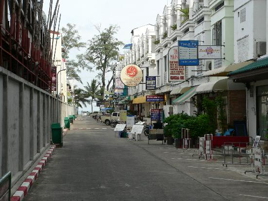 Patong Resort: Short walk to the Beach