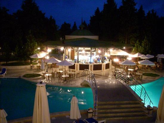 Sol Nessebar Palace: Piscina y bar de noche