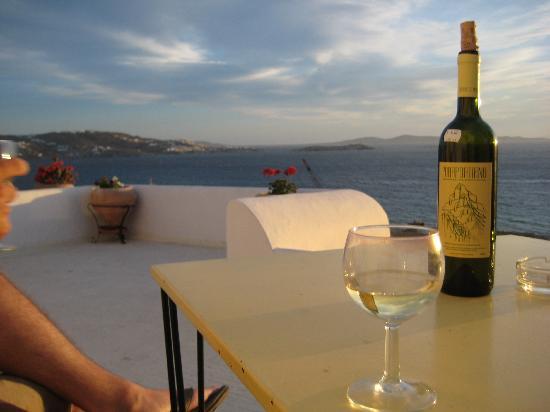 Omiros Hotel: Enjoying our wine on the balcony