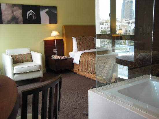 Manzil Downtown Dubai: From desk, through the glass to the bed