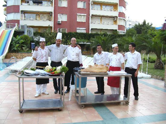 Club Big Blue Suite Hotel: Chefs and Fhatti (restaurant manager) at the barbecue/grill