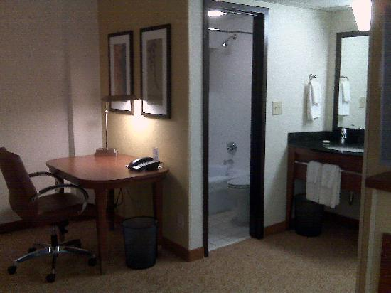 Hyatt Place Atlanta/Downtown: Desk and bathroom