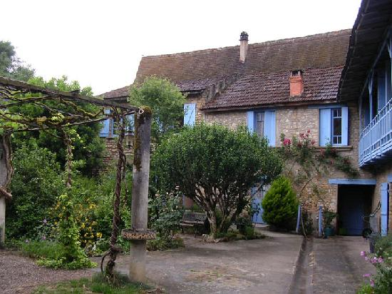 Le Chambellan: courtyard with bedrooms atraer