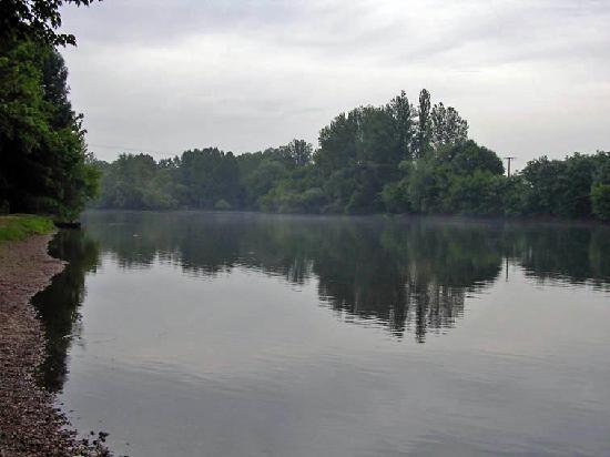 Le Chambellan: La Dordogne - 10 minutes walk away