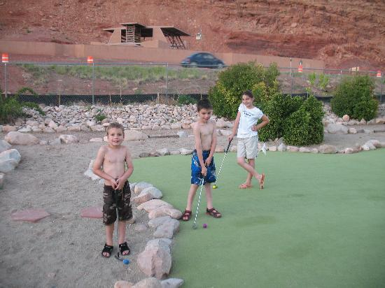 Moab Valley RV Resort & Campground: The putting green