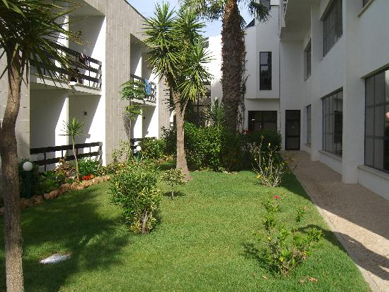 Hotel Alisios : Garden between buildings