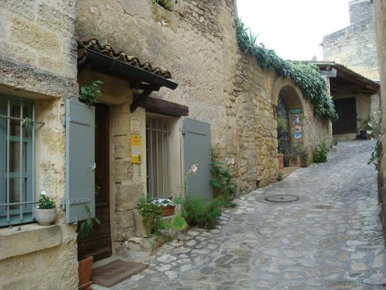 Saint-Siffret, Frankreich: Entrance on a small street
