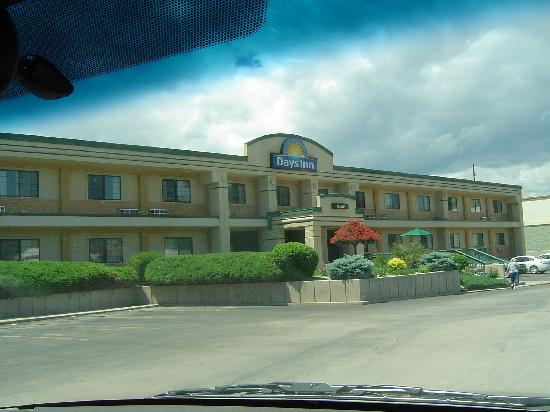 Days Inn West Rapid City : Our view of the hotel upon arrival.