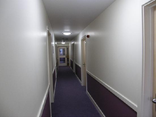 Premier Inn Hastings Hotel: LONG HALLWAYS