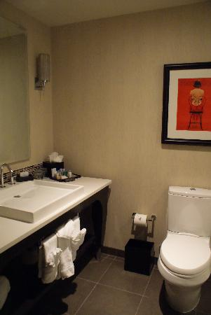 theWit - A DoubleTree by Hilton: Bathroom Sink