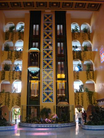 Playacalida Spa Hotel: ascensores.interior del hotel