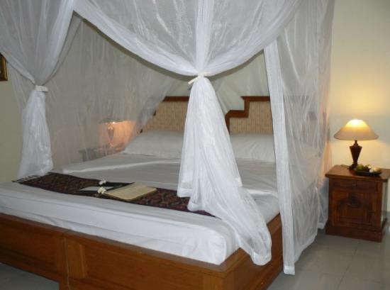 Saren Indah Hotel: View of bed (on check in)