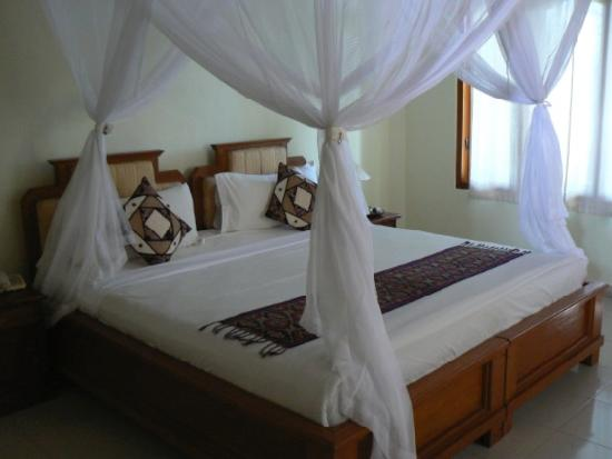 Saren Indah Hotel: View of bed (day 2)