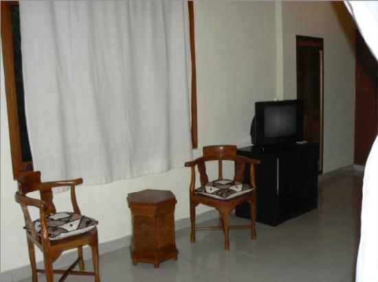 Saren Indah Hotel: TV with DVD Player