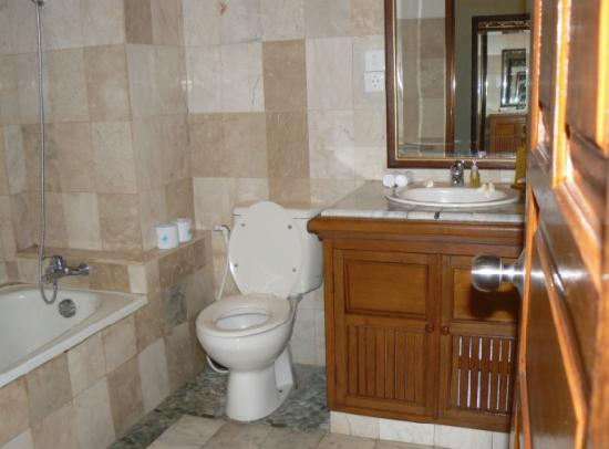 Saren Indah Hotel: Bathroom