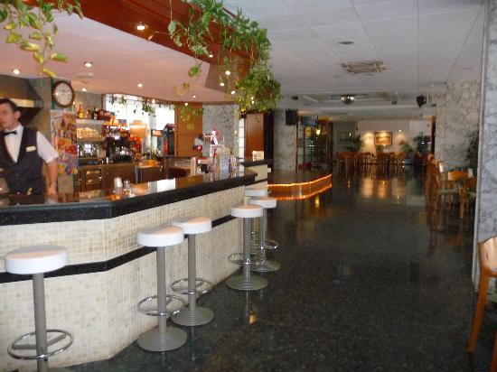 Hotel GHT Oasis Tossa & SPA : bar et salle de spectacle