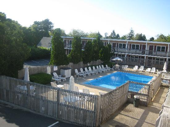 Holiday Hill Motor Inn: A view of the pool from the 2nd floor of the hotel
