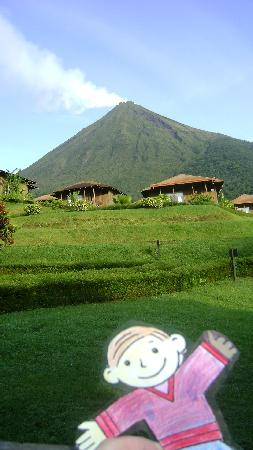 Hotel Lomas del Volcan: View out the cabin door to volcano
