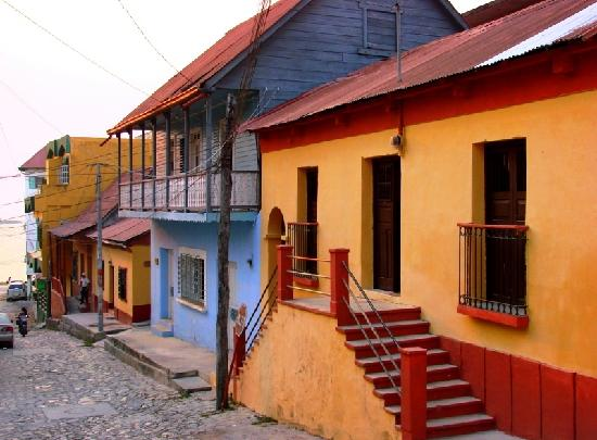 Hotel Villa del Lago: Brightly painted houses of Flores