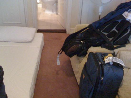 Winchester Hotel: bathroom doorway