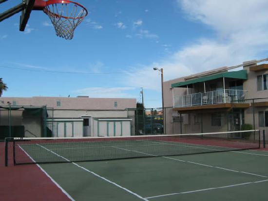 Havasu Sands All Suite Resort: Tennis & Basketball Court