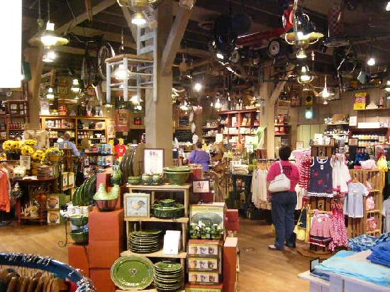 Cracker Barrel: Store atached to restaurant - cool!