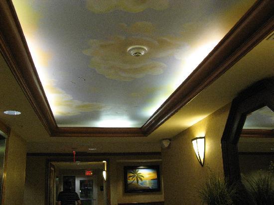 هامبتون إن آند سويتس ليك سيتي: Mural above elevator lobby