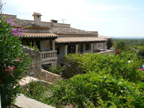 Can Furios Hotel: View from the bedrooms over the terraced garden