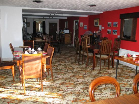 Carnside Guest House: Breakfast room, new living room to the right.
