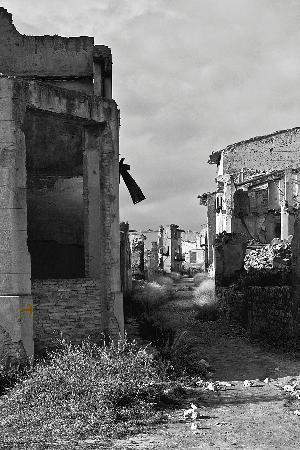 Belchite : Calle de la iglesia, que comunica con la calle mayor al fondo