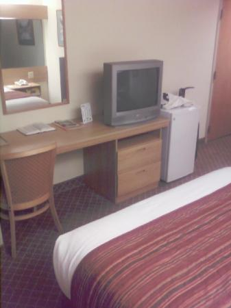 Microtel Inn by Wyndham Charlotte Airport: Desk, TV and foot of bed