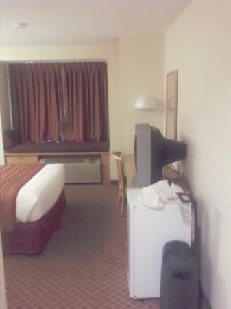 Microtel Inn & Suites by Wyndham Charlotte Airport: Sideways of the bedroom