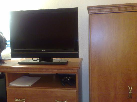 Hampton Inn Rochester: TV/armoire area