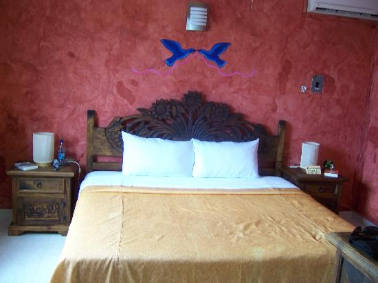 Hotel La Casona Real: King bed and typical interior decor